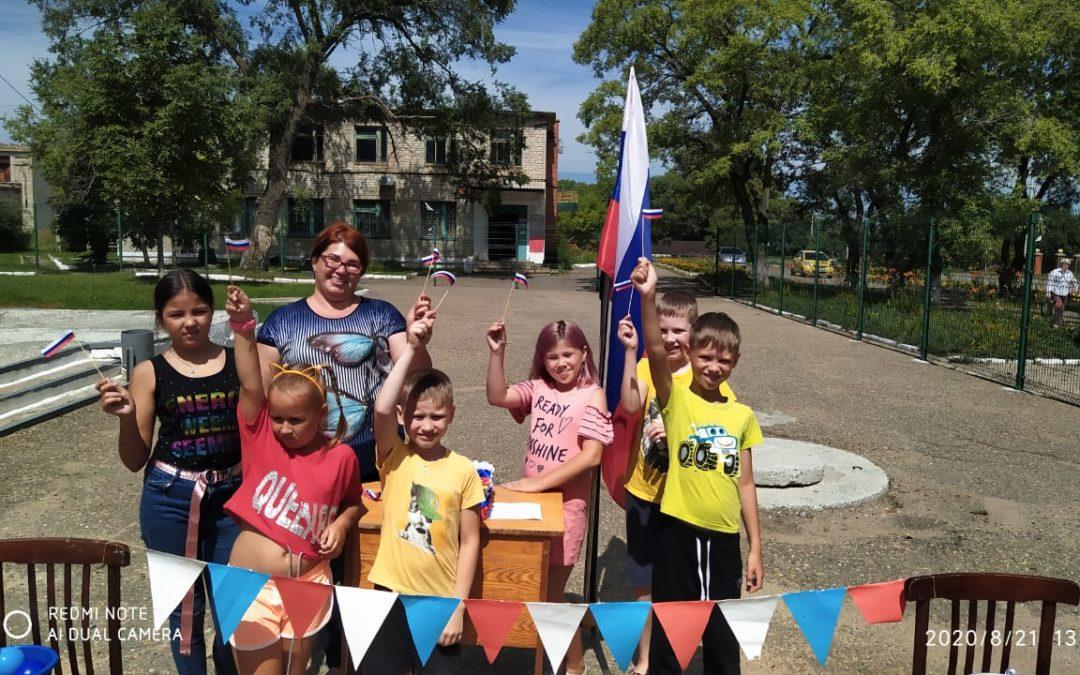 Под флагом России мы дружно живем.