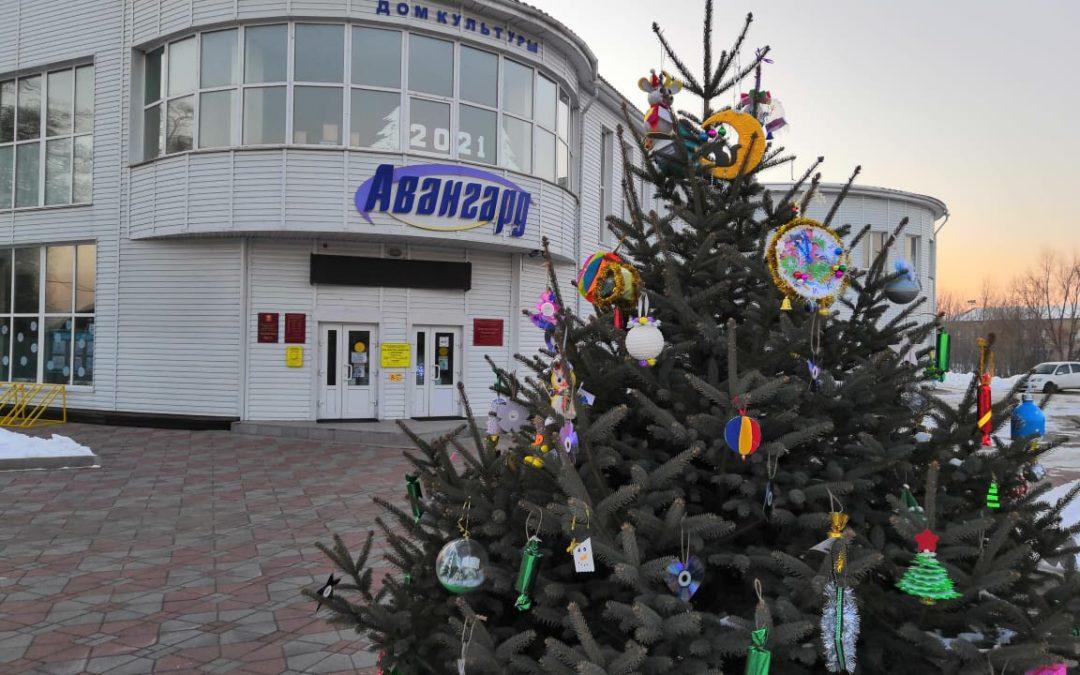 «В снежном, добром декабре ёлочки зажгутся…»